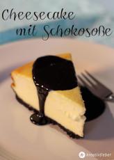 Cheesecake mit Oreokeksboden und Schokosoße