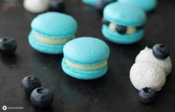 Blaubeer Macarons mit weißer Schokolade