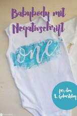 Babybekleidung bemalen für den 1. Geburtstag: Negativschrift