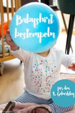 Babykleidung bemalen für den 1. Geburtstag: Punkteshirt stempeln