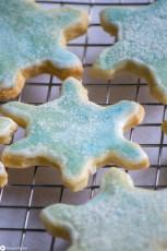 Schneeflocken-Kekse mit Aquarelleffekt