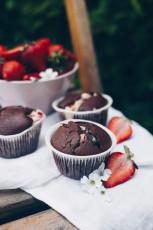 Schokoladenmuffins mit Erdbeer-Cheesecake-Füllung