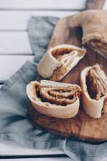 Tortano – Gefülltes Brot mit Tomaten und karamellisierten Zwiebeln