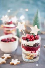 Weihnachtliches Dessert mit Zimtsternen und Beeren