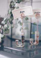 DIY Buchstaben Tischkärtchenhalter mit getrockneten Blüten aus Epoxidharz selbermachen