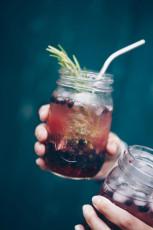 Sommerdrink mit schwarzen Johannisbeeren und Shrub