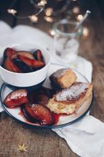 Süße Grießschnitten mit karamellisierten Pflaumen