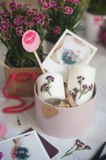 DIY Kerze mit Blüten verzieren
