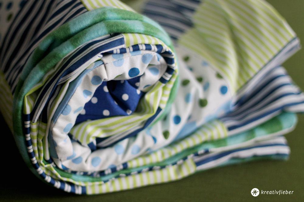 Babypatchwork-Decke-mit-Buchstaben-in-grün-und-blau-selbermachen