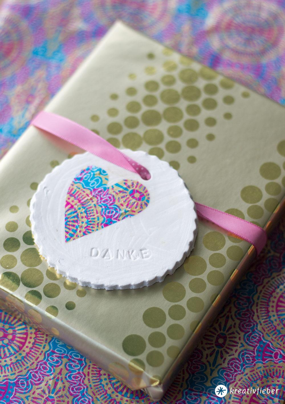 DIY fröhliche Geschenkanhänger aus Modelliermasse