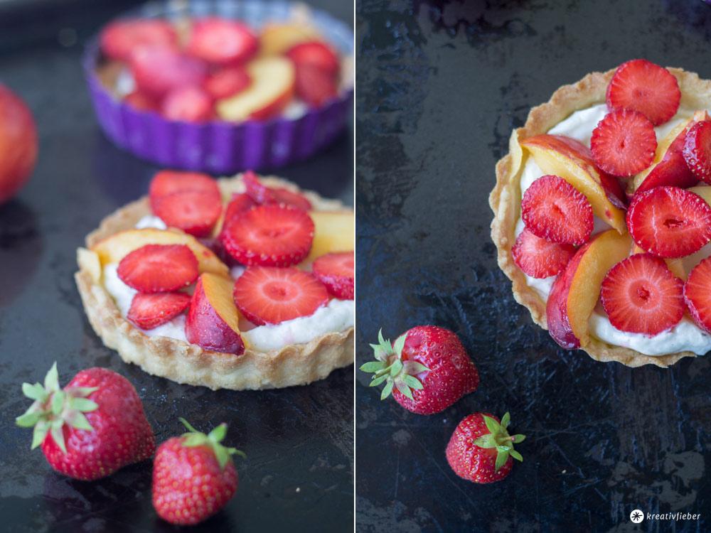 Tartelettes-mit-Frischkäsecreme-und-Nektarinen-und-Erdbeeren---Sommerrezepte-Törtchen-mit-Obst