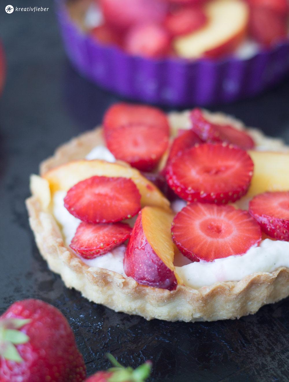 Tartelettes-mit-Frischkäsecreme-und-Nektarinen-und-Erdbeeren