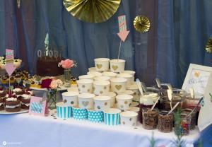 DIY-Cheesecake-Topping-Buffet---Sweet-Table-Gartenhochzeit-mit-DIY-Cheesecake-Bechern-und-vielen-Soßen-und-Toppings