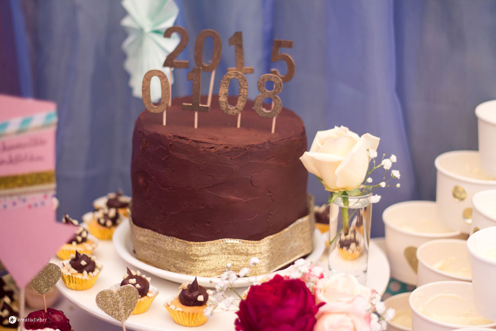 DIY-goldene-Caketopper---Hochzeitsdatum-Caketopper-DIY-Sweet-Table