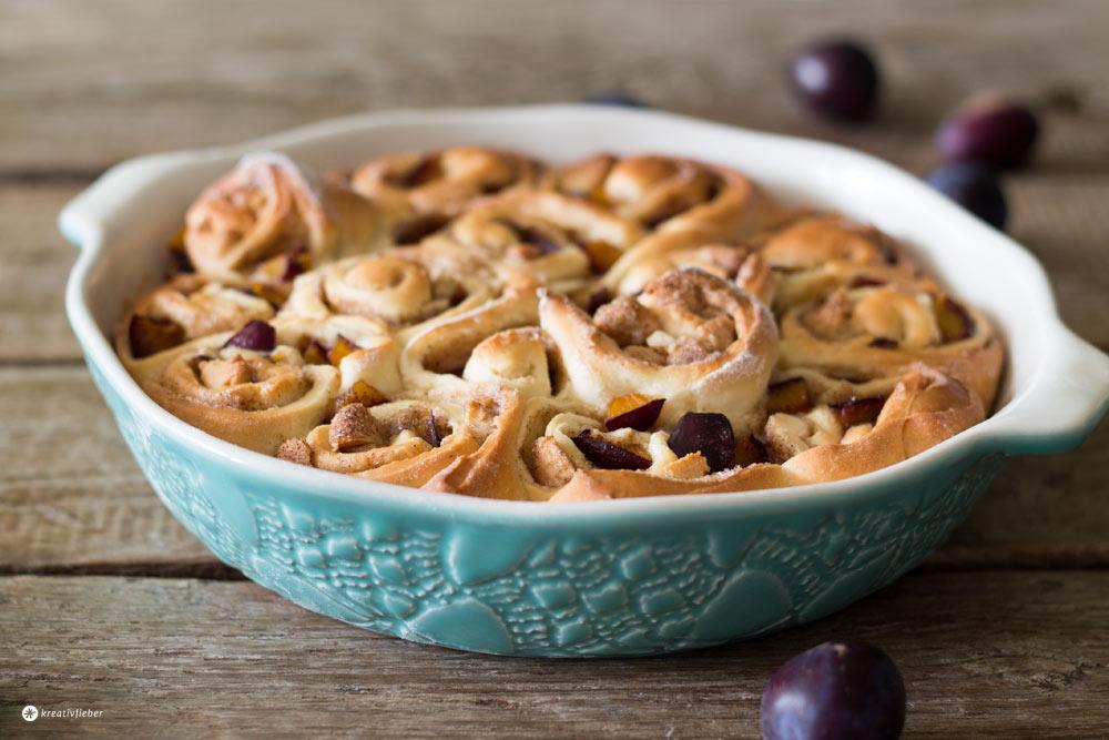Zimtschneckenkuchen-mit-Pflaumen-und-Marzipan-Füllung