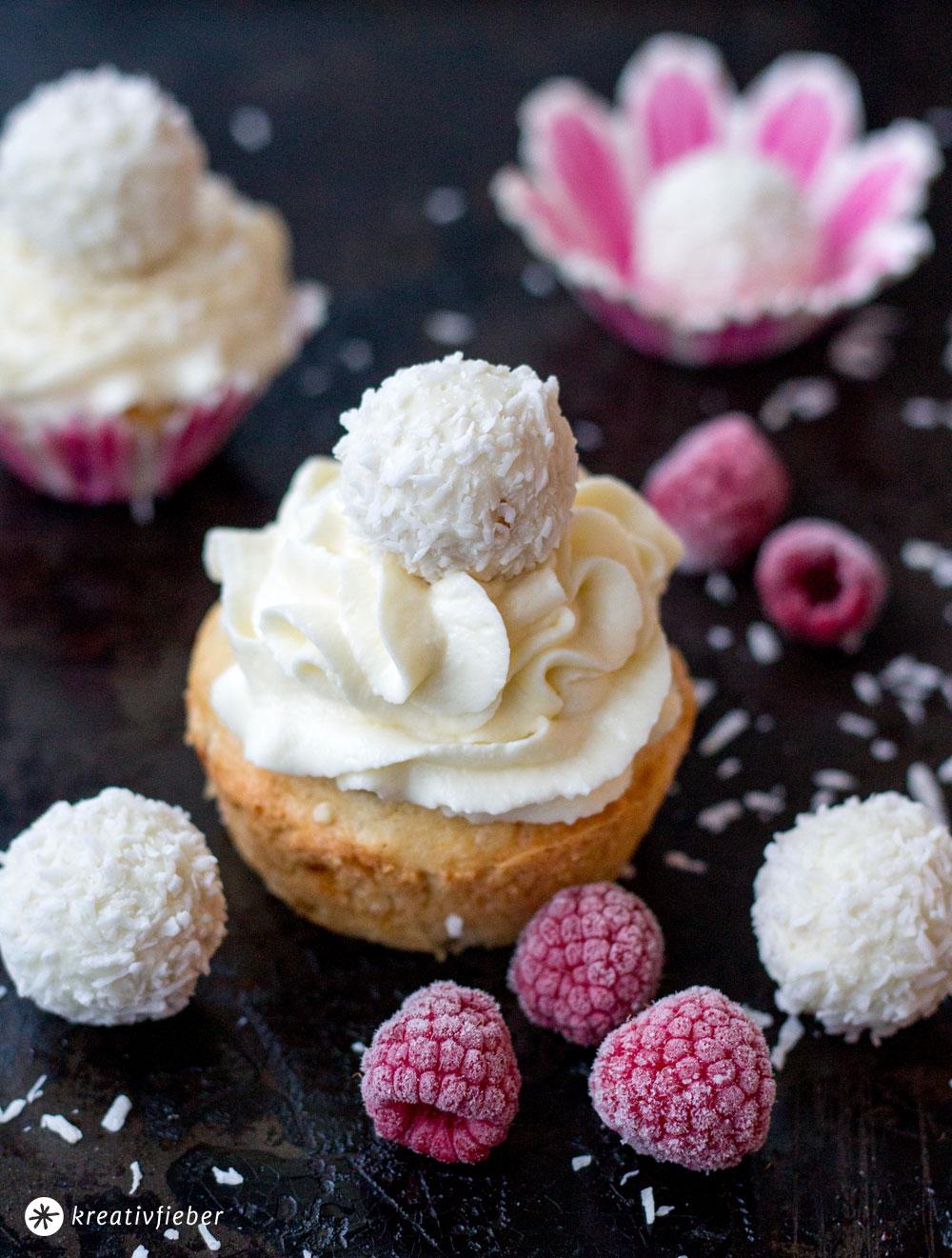 Raffaello-Himbeer-Cupcakes-backen---Kokos-Cupcakes-mit-Himbeeren