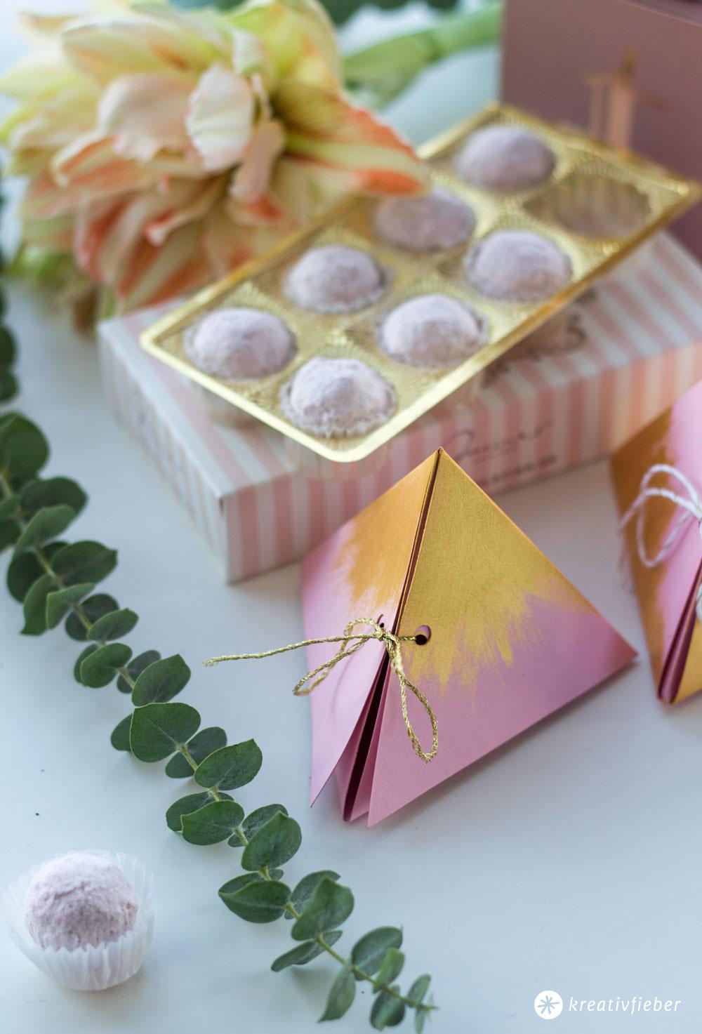 Dreieckige-Geschenkschachtel-falten---Tender-Touch-blush-and-gold