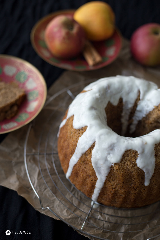 Apfelmus Haselnuss Guglhupf mit Joghurt - einfaches und saftiges Rührkuchenrezept