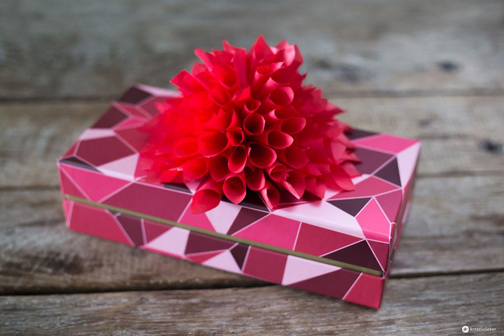 DIY-Pralinenschachtel-Upcycling---große-Blüte-aus-Seidenpapier-selbermachen