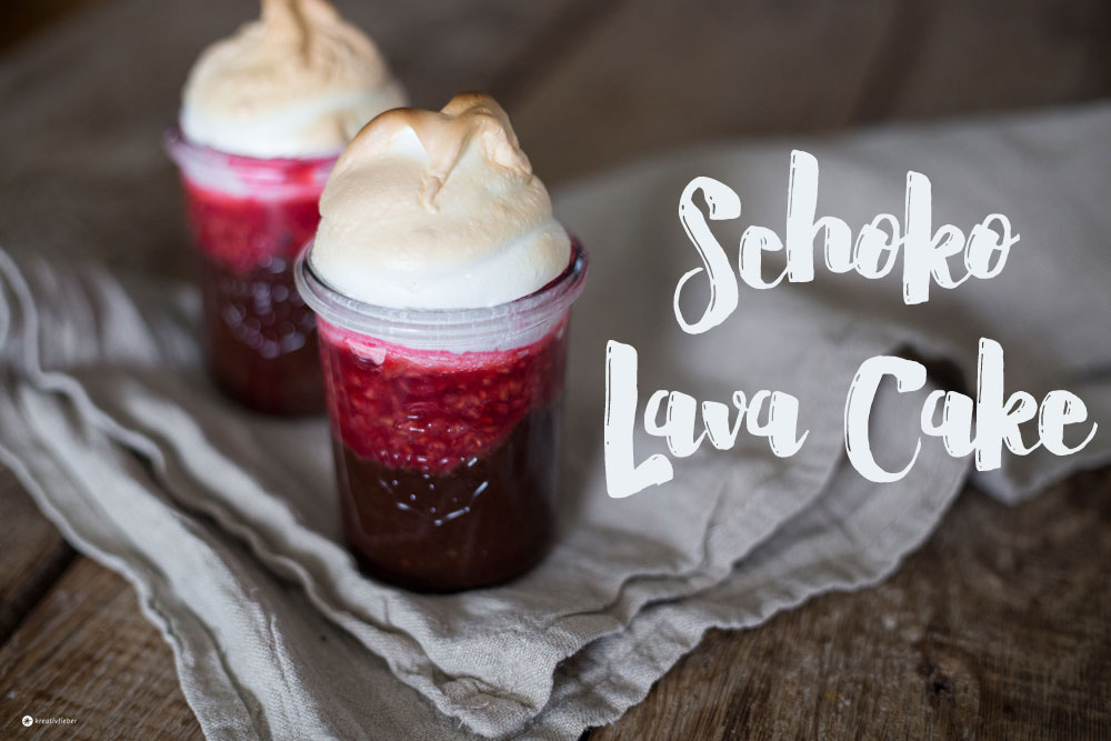 Schoko Lava Cake mit Baiser und Himbeeren - Schokokuchen mit flüssigem Kern und Baiser