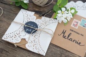 Rustikale DIY Hochezeitseinladungen selbermachen - mit Spitze und Craftpapier