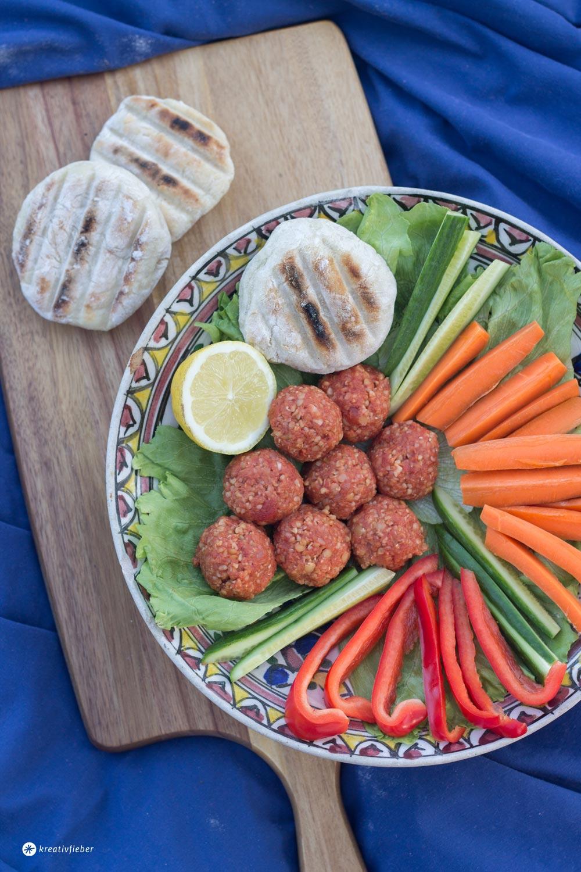 Vegane Köfte aus Linsen und Bulgur selbermachen - Glamping Rezeptideen Kreativfieber