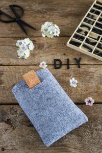 DIY Geschenke für Männer - eBook reader Tasche aus Filz und Kork nähen - mit Rauszieh Lasche
