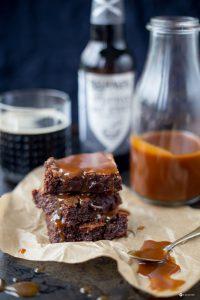 Stout Beer Brownies mit Karamellsoße Rezept