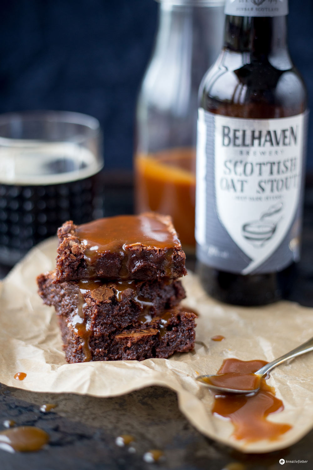 Stout Beer Brownies mit Karamellsoße Rezept - leckeres Rezept und Bake and the City Rezension auf kreativfieber