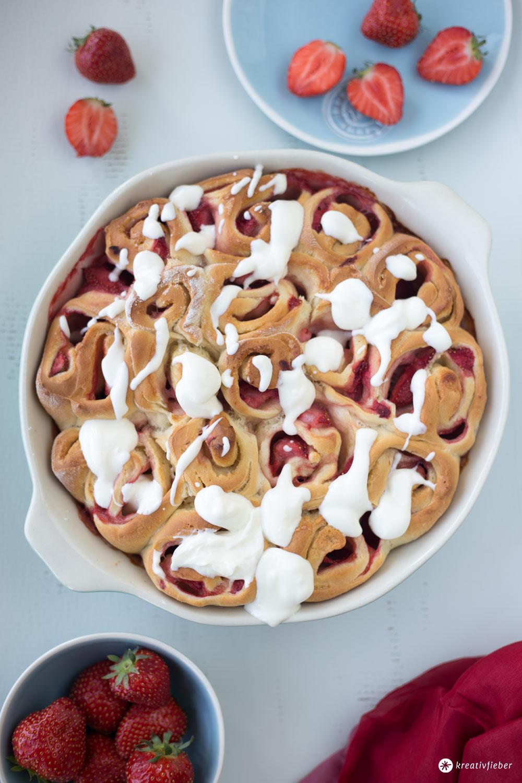 Erdbeerschnecken mit Frischkäsetopping - sommerliches Hefeschnecken Rezept