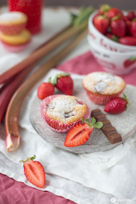 Rhabarber-Erdbeer-Buttermilch-Muffins mit Kinderriegelstücken - Kinderriegel Rezeptideen