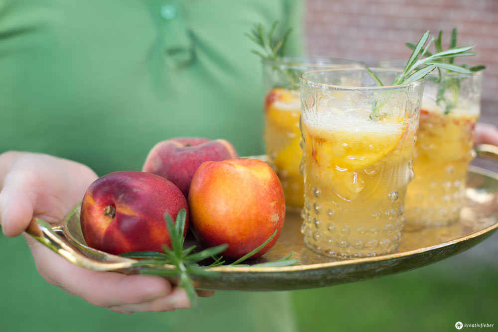 Alkoholfreier Nektarinen-Rosmarin-Sekt - Alkoholfreier Drink für Schwangere