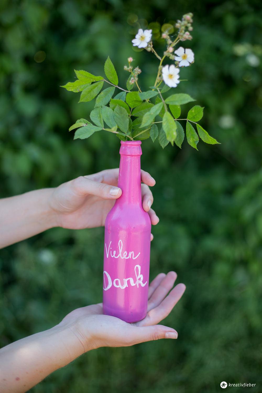 DIY Flaschen Upcycling mit Tafellack - buntstattgrau - kleines Mitbringsel