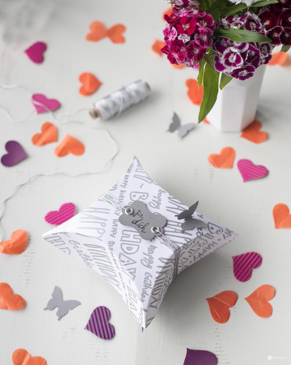 DIY Geschenkidee - Geschenkschachtel mit Handlettering falten - Schritt für Schritt Anleitung auf Kreativfieber