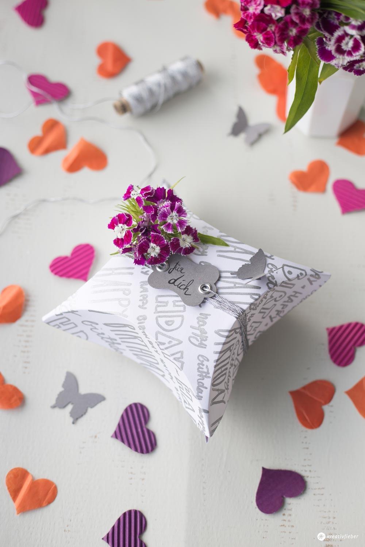 DIY Geschenkschachtel mit Handlettering - Schachtel falten Schritt für Schritt Anleitung - mit Etikett und Konfetti
