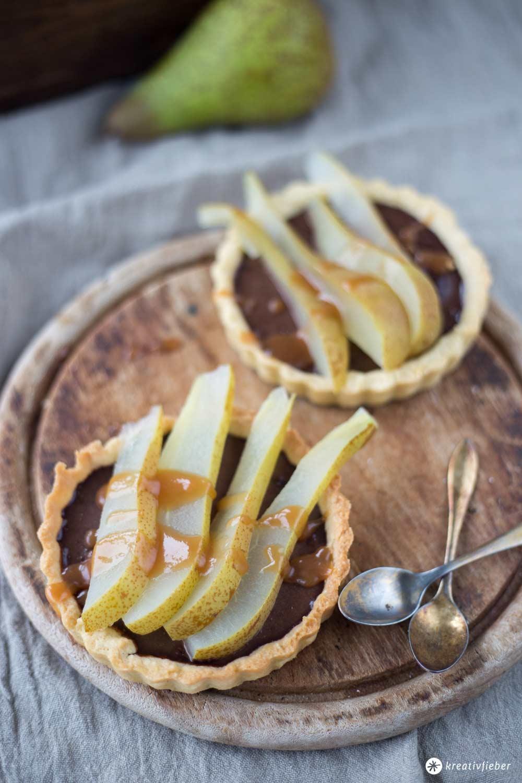 Birnentartelettes mit Schokoladencreme und Karamellsoße - Herbstrezept auf Kreativfieber - Backrezepte