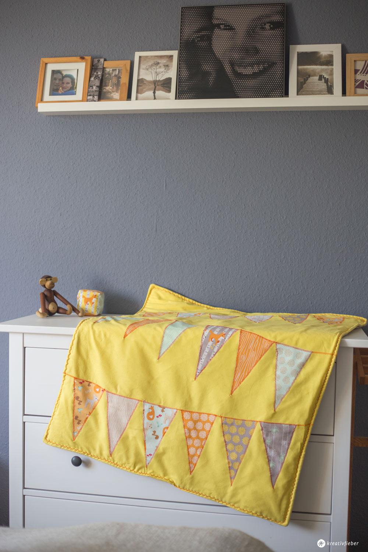 diy steppdecke f r babys n hen krabbeldecke mit wimpelkette n hen. Black Bedroom Furniture Sets. Home Design Ideas
