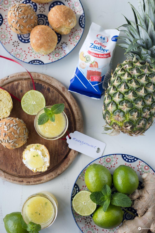 Limetten-Ananas-Konfitüre mit Kokos, Ingwer und Minze - leckeres Marmeladenrezept mit Zitrusfrüchten - selbstgezaubert