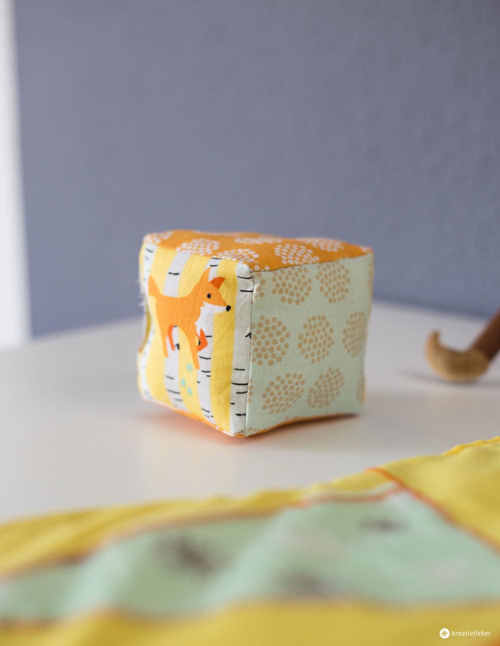 DIY Rasselwürfel nähen - Schritt für Schritt - DIY für Babys - Geschenkideen zur Geburt - einfache Nähanleitung