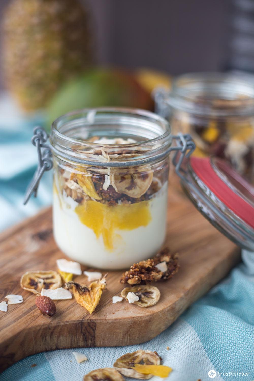 Tropical Granola mit Dörrobst - leckeres Frühstücksrezept - Granola selbermachen mit Kokos, Mango, Ananas und Banane