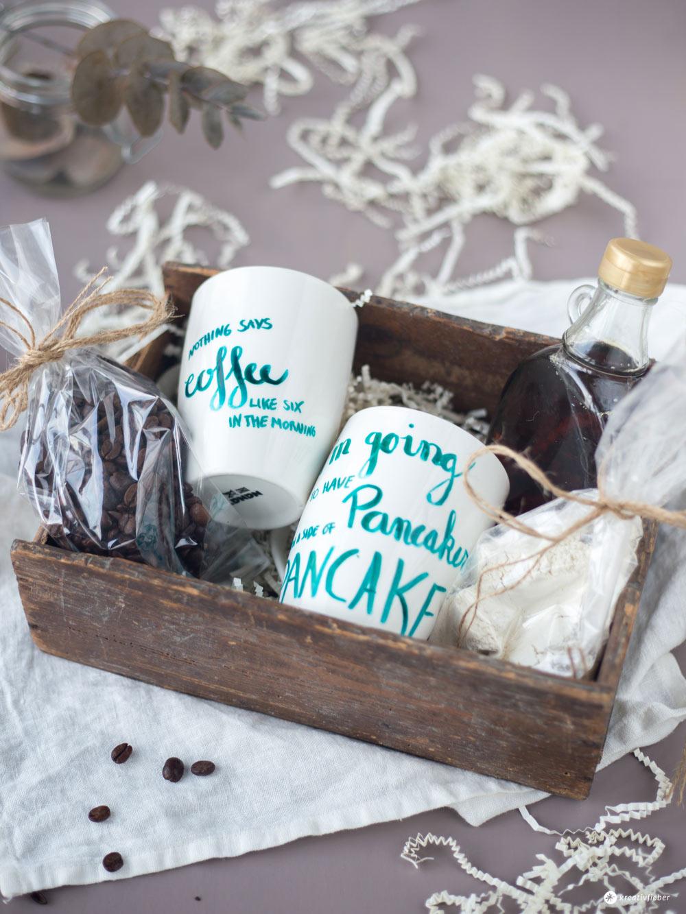 Gilmore Girls Geschenkset mit Handlettering Tassen - Geschenkideen für Serienfans - Gilmore Girls Frühstückskorb