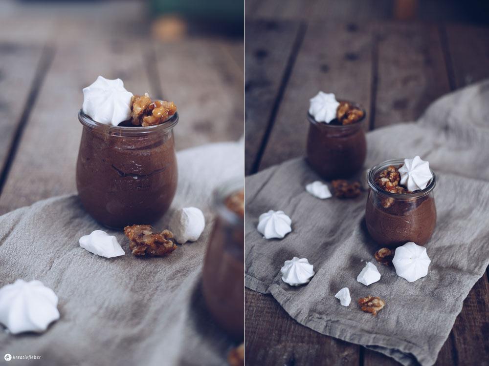 Schokoladenmousse mit karamellisierten Walnüssen und Baisertupfen Dessertrezept