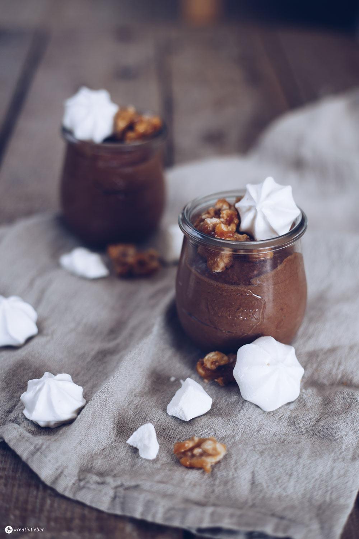 Schokoladenmousse mit karamellisierten Walnüssen und Baisertupfen leckeres Dessert
