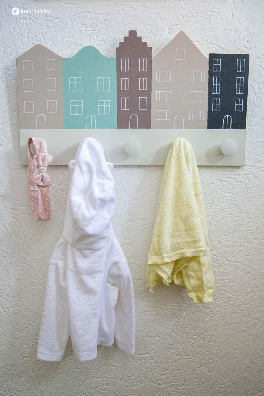 Anleitung Kindergarderobe mit Häusern