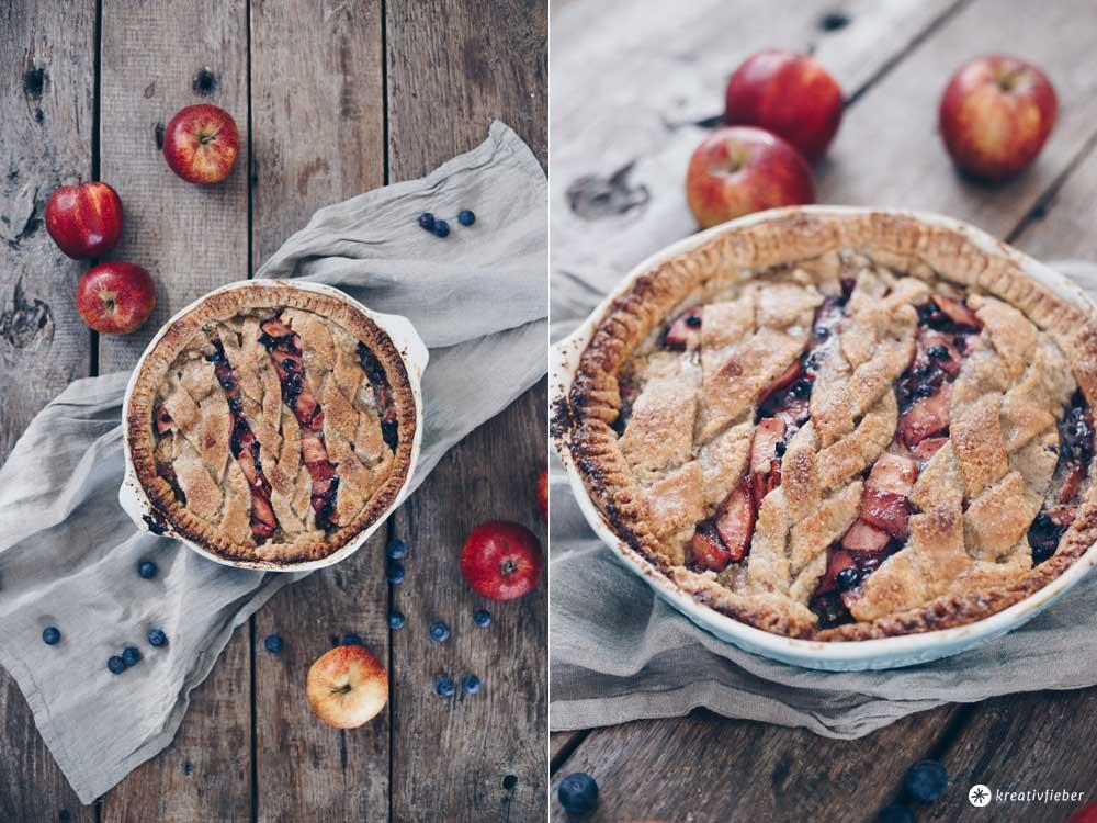 Gedeckter Apfel-Blaubeer-Kuchen mit Nussmürbeteig und Pistaziensteuseln - Rezeptidee Kreativfieber