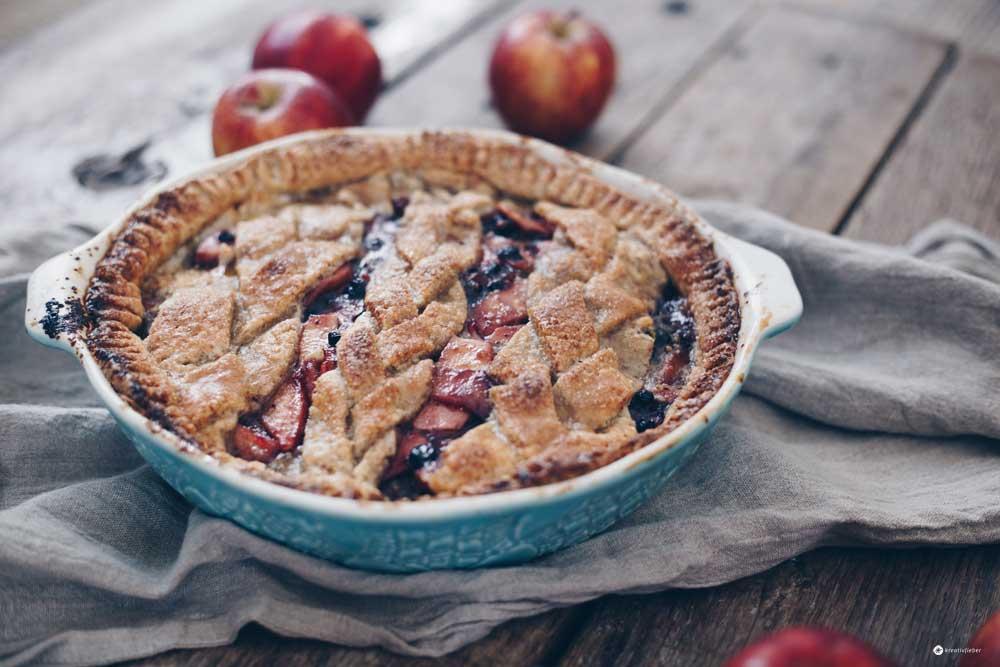 Gedeckter Apfel-Blaubeer-Kuchen mit Nussmürbeteig und Pistaziensteuseln - Rezeptidee mit Mürbeteig Kreativfieber
