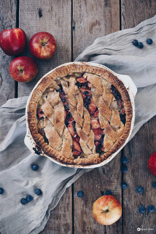 Gedeckter Apfel-Blaubeer-Kuchen mit Nussmürbeteig und Pistaziensteuseln - Rezeptidee