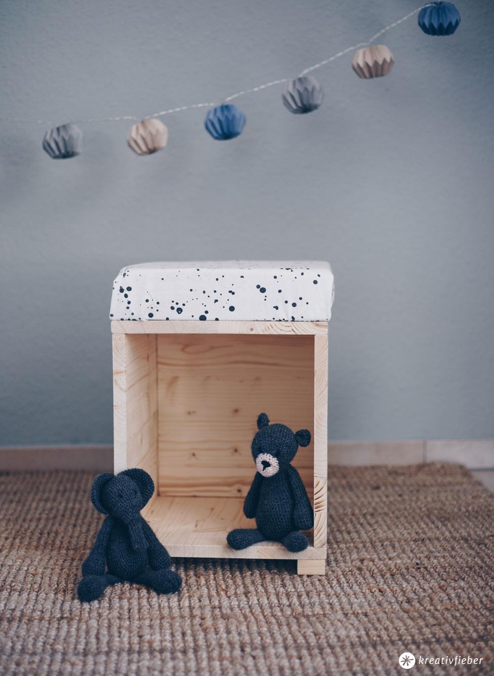 DIY Hocker fürs Kinderzimmer zum Spielen selberbauen - als Puppenhaus, Lesehocker oder Aufbewahrung - DIY Möbel selbermachen
