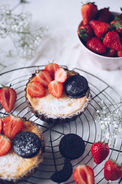 Erdbeer-Cheesecake-Törtchen mit Oreo-Knusperboden - Rezepidee mit Erdbeeren und Oreos