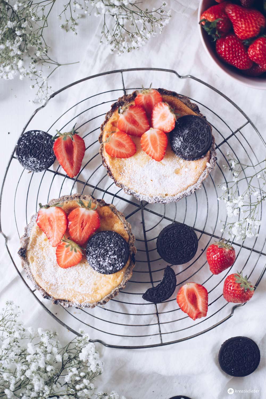 Erdbeer-Cheesecake-Törtchen mit Oreo-Knusperboden - Rezepidee mit Erdbeeren